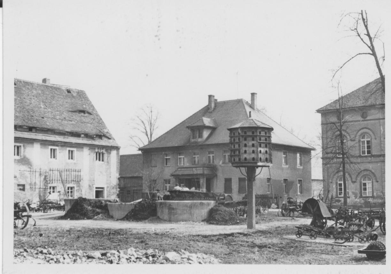 Um 1960 Blick auf v. l. Gesindehaus, Inspektorhaus und Taubenhaus