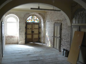 Halle mit Granitplatten