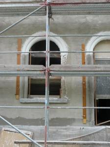 Fenster- und Türgewand aus Putz hergestellt