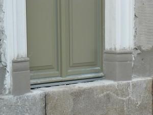 ausgeformte Türsockel