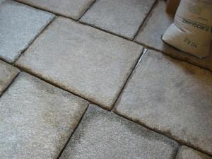 Granitplatten werden verfugt