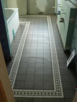 Fußbodenfliesen sind fertig verlegt
